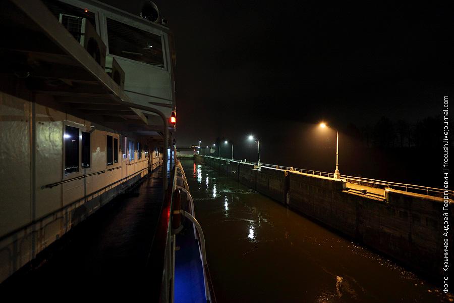 камера рыбинского шлюза ночью