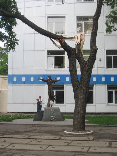 поломанный памятник Высоцкому