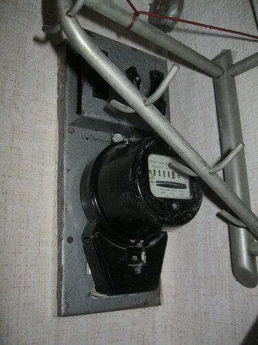 Срочный вызов электрика аварийной службы после появления запаха горелой изоляции из квартирного щита