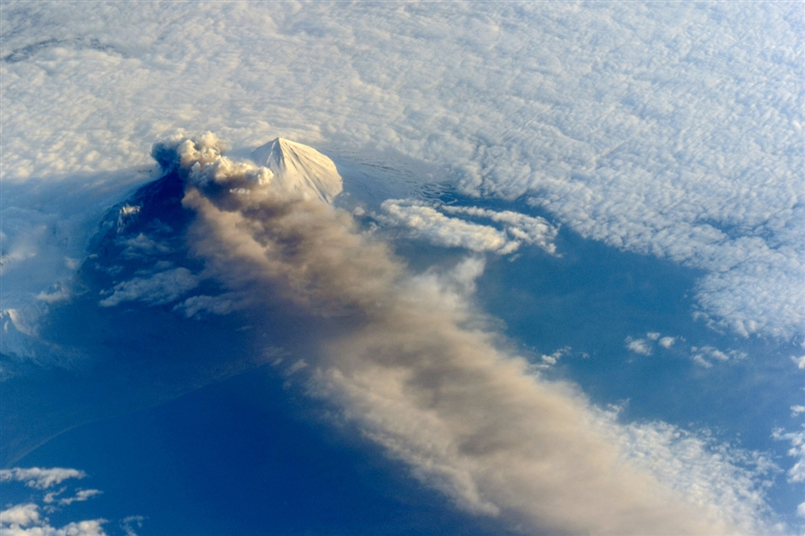 Извержение вулкана Павлова на Аляске из космоса