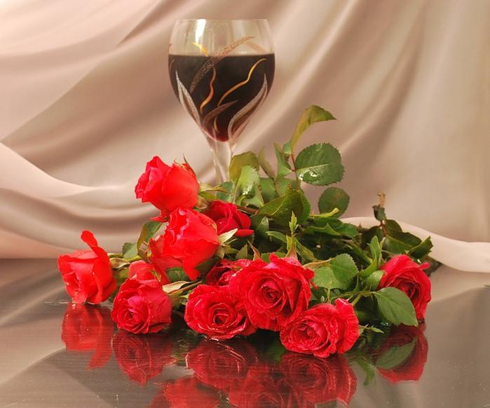 Красные розы и фужер с вином