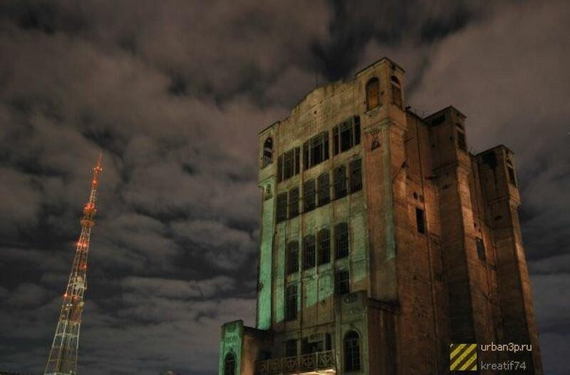Ночью здание выглядит таинственно и пугающе (07.06.2013)