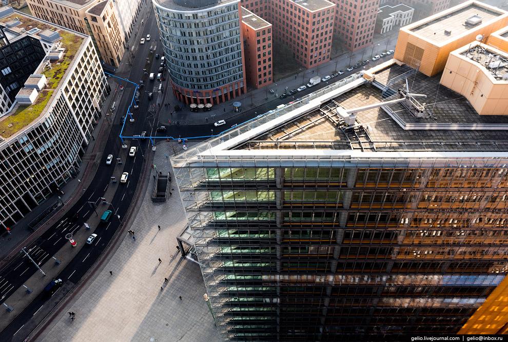 37. Потсдамер-плац и Sony Center. На заднем плане — крупнейший городской парк Берлина Тиргартен