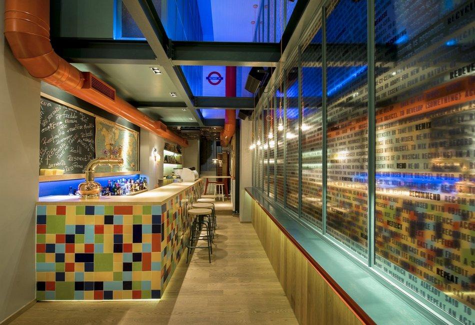 Уютный интерьер ресторанчика RE в Греции