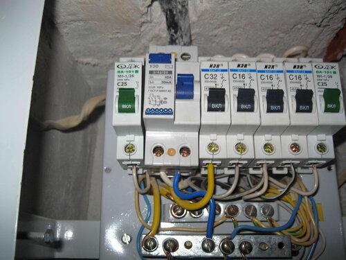 Фото 3. Автоматические выключатели квартирного щита. Крупный план.