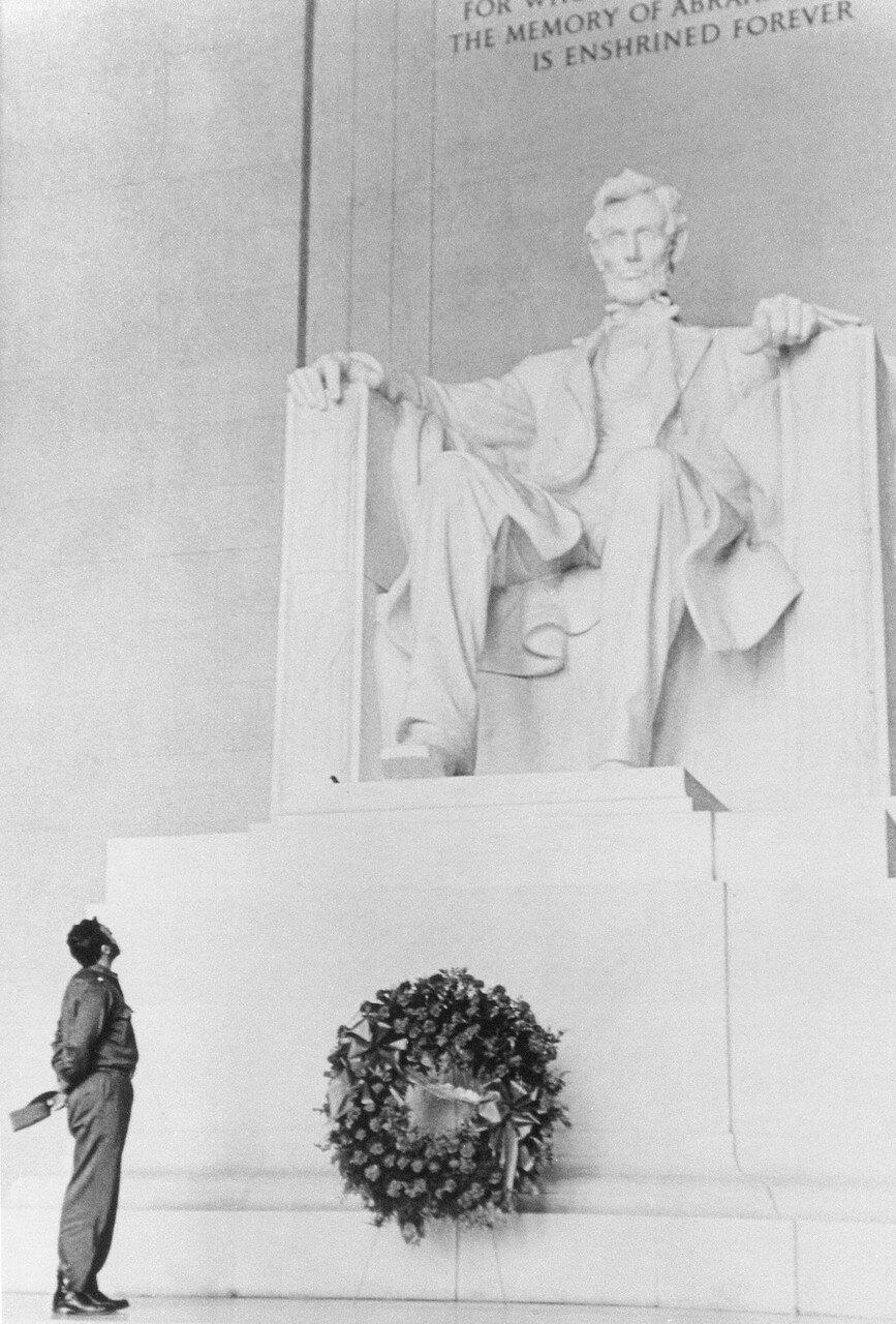Фидель у статуи Линкольна