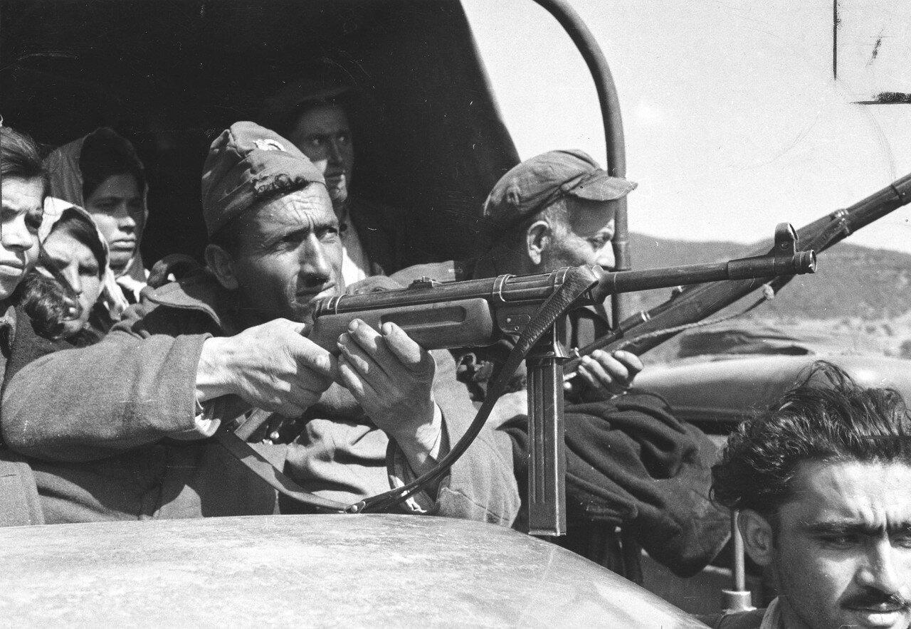 1948. Члены греческой Национальной гвардии охраняют местное население на оккупированной повстанцами территории