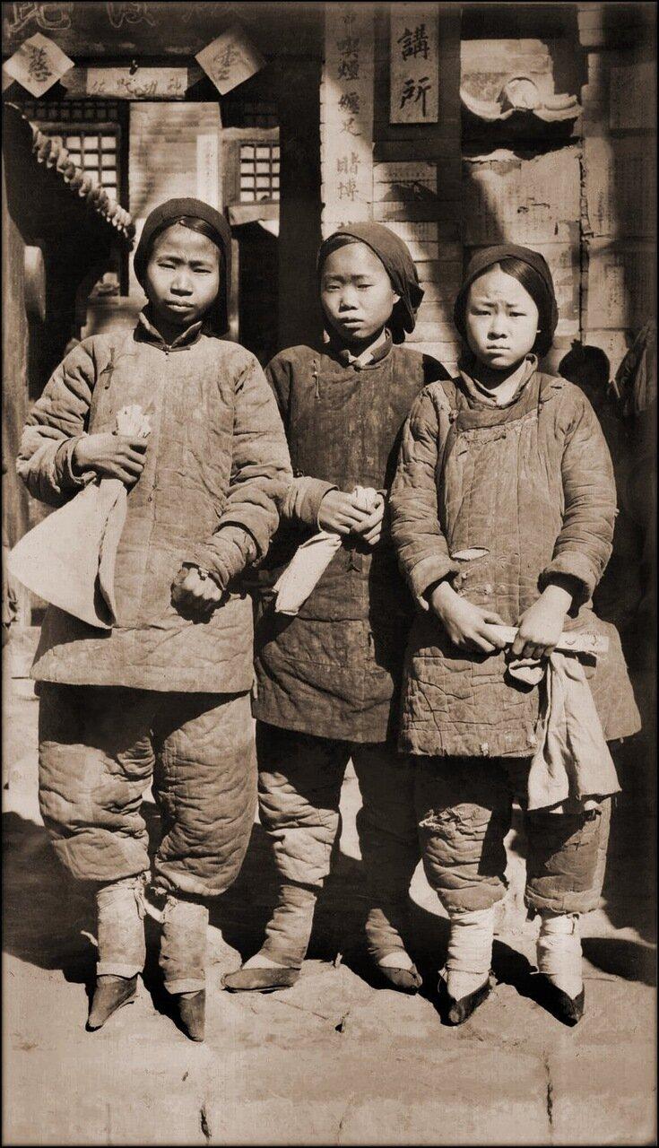 1930.Девушки с забинтованными ногами. Провинция Шаньси.