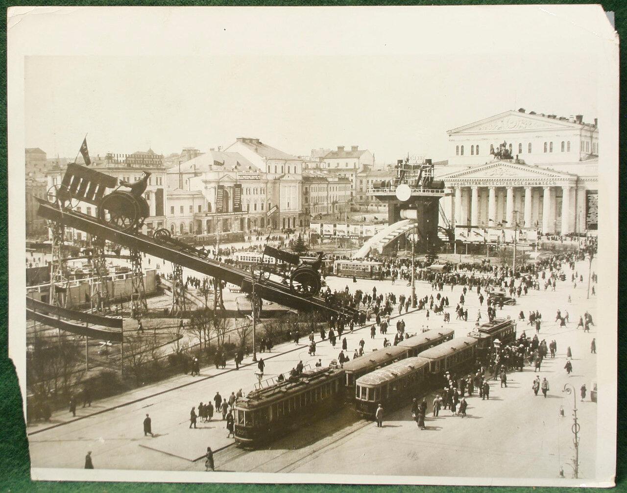 1930. Наглядная агитация на площади перед Большим Театром в Москве