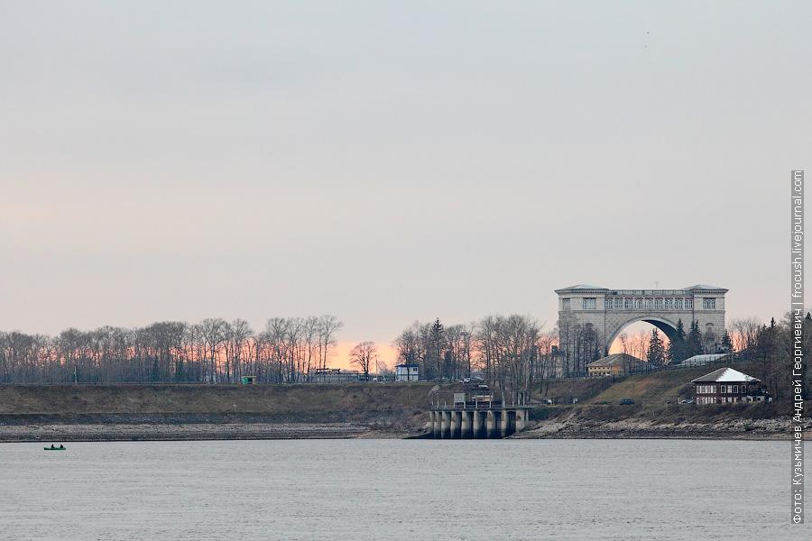 Вид на арку Угличского шлюза на фоне заката
