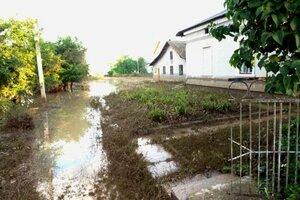 Дождь сеет хаос в Костештах — затоплены дома и дороги