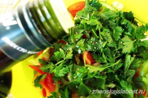 заправляем салат с  сухариками