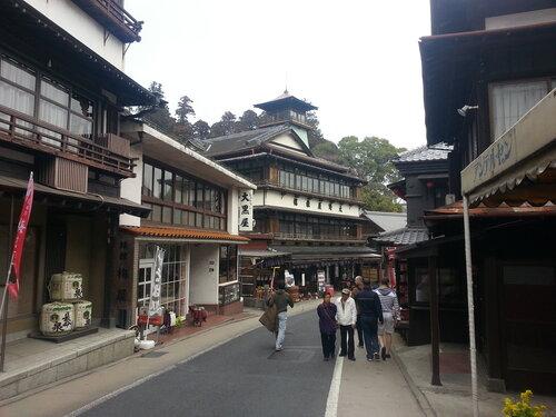 Живописная улица по направлению к храму