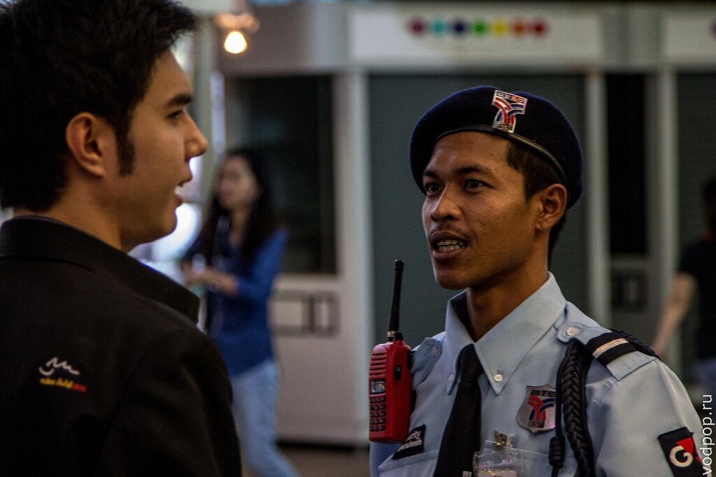 Полицейский в метро BTS в Бангкоке