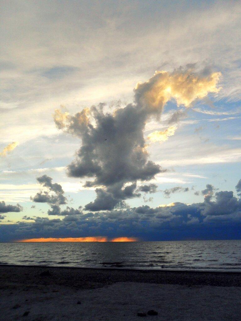 Облака у моря вечернею порой...