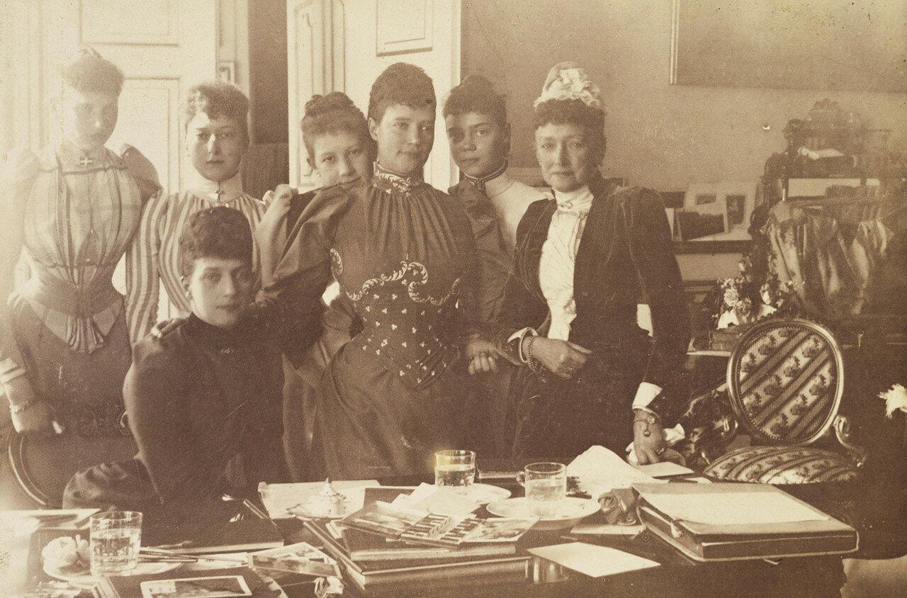 1892. Императрица Мария Федоровна, Луиза Гессен-Кассельская и Александра Датская с другими. Дания