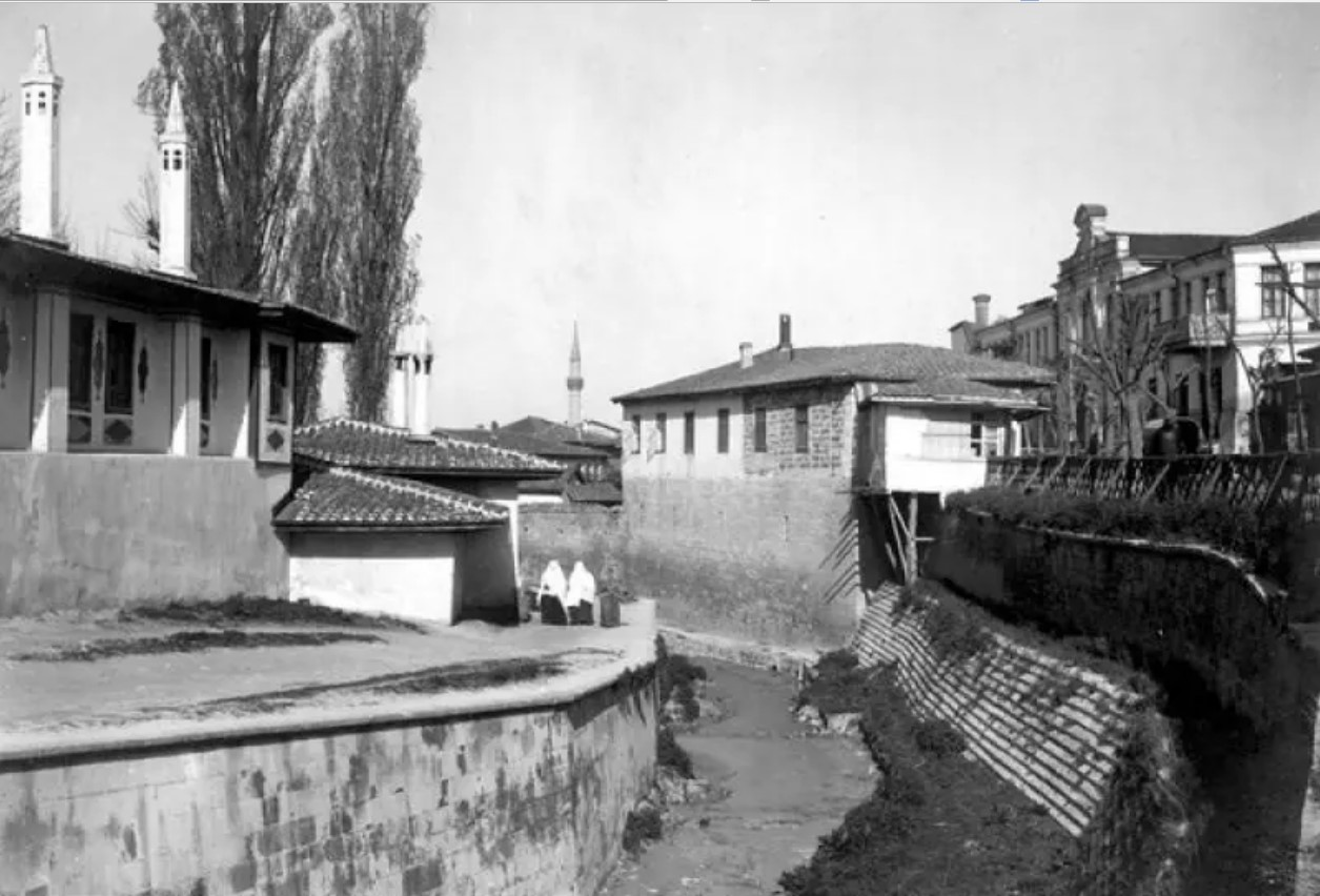 Вид царского флигеля и части кухонного Бахчисарайского дворца со стороны реки Сурук-Су. 1915