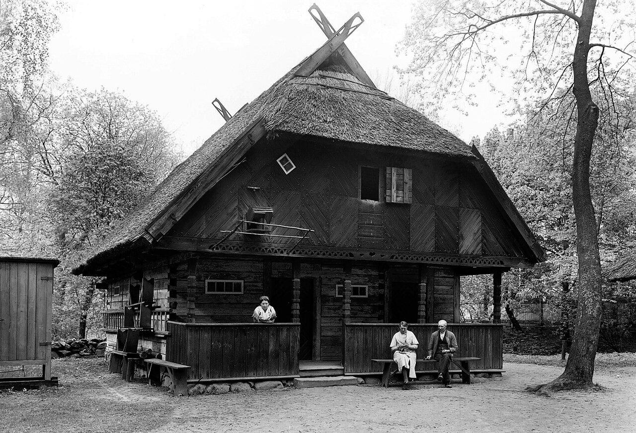Этническая деревня в зоопарке.