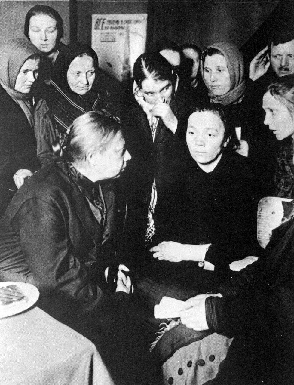 Крупская с работницами Замоскворечья.1928 год.