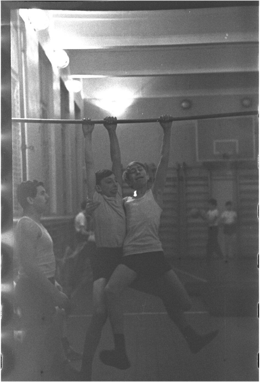 1969-70 класс 8 В. Физра.   Андрей Мануков. Сергей Кармышев. Юра Зайцев