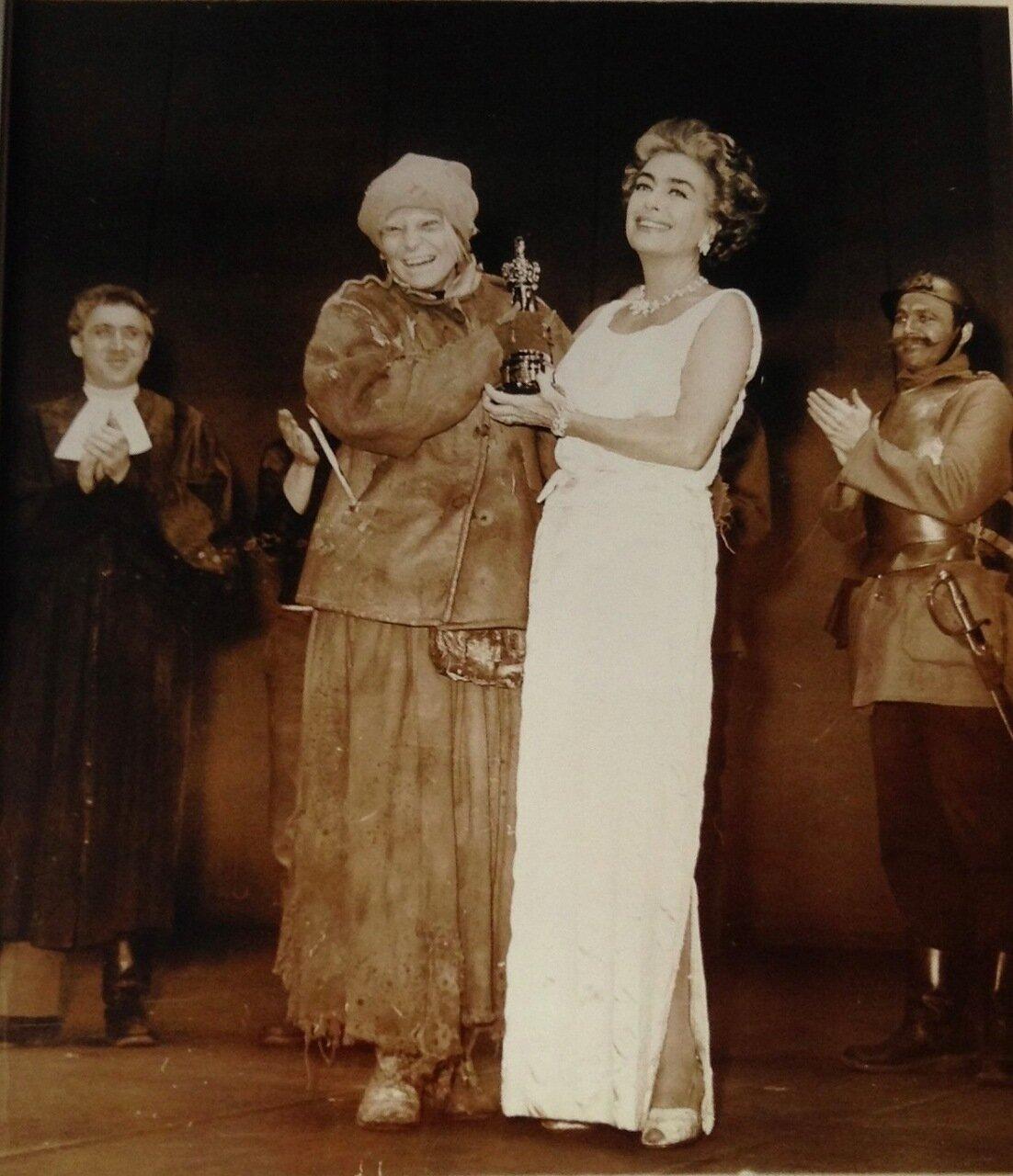1962. Энн Бэнкрофт получает от Джоан Кроуфорд премию Оскар за лучшую женскую роль