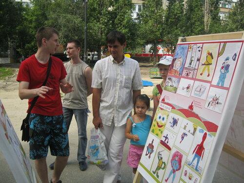 Дети и родители изучают детские рисунки