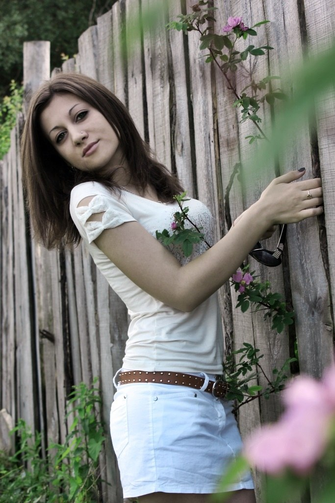 Красотка в белой футболке и шортах в деревне