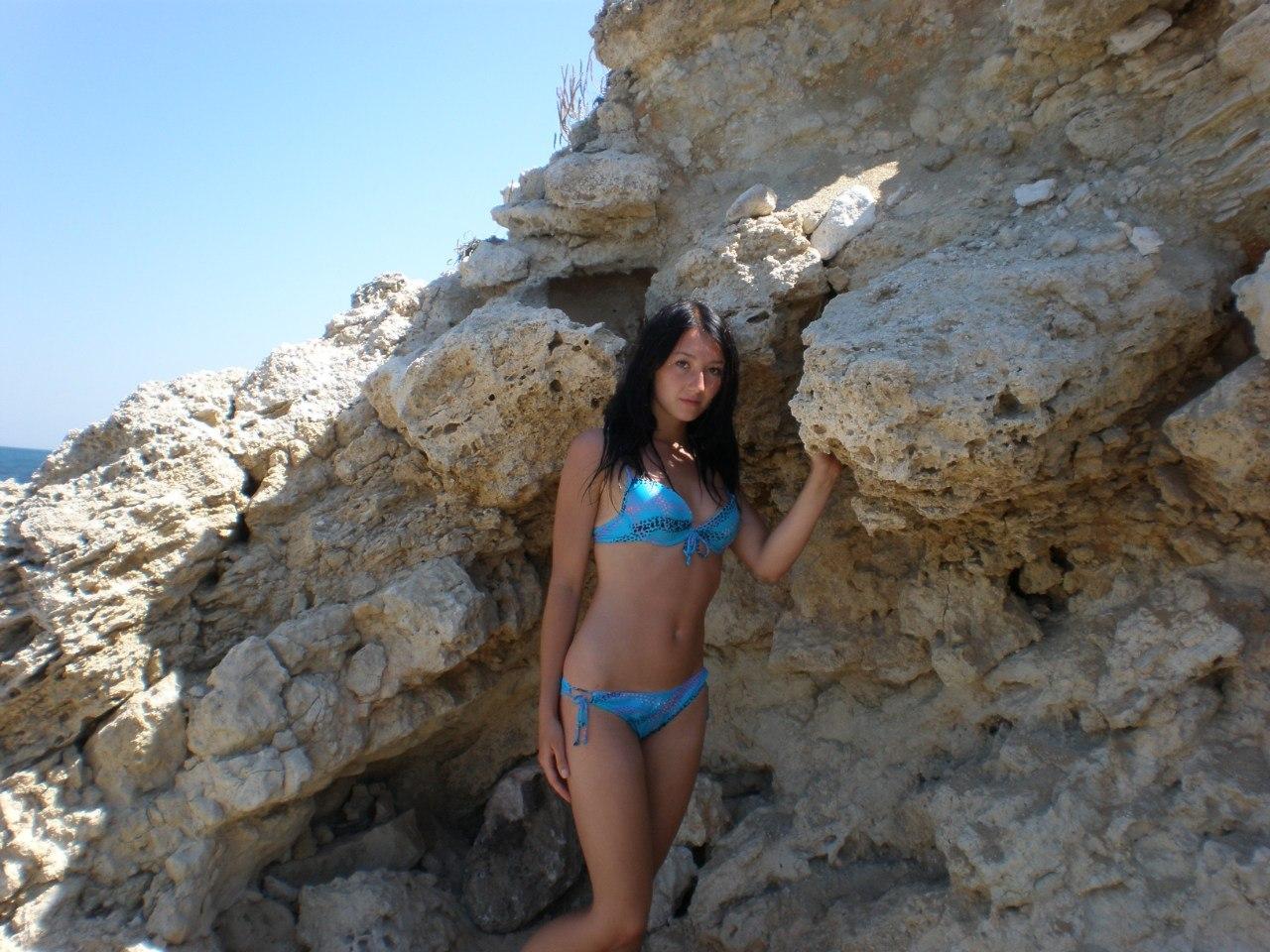 Брюнетка с красивой фигурой в бирюзовом купальнике