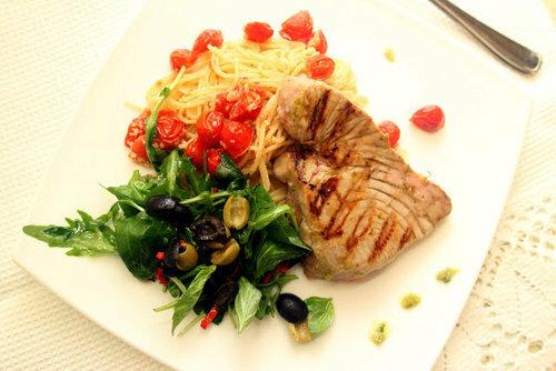 Подать спагетти с тунцом и салатом