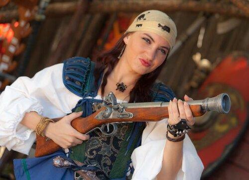 В этом костюме ты похожа на настоящую обворожительную пиратку Карибского моря!