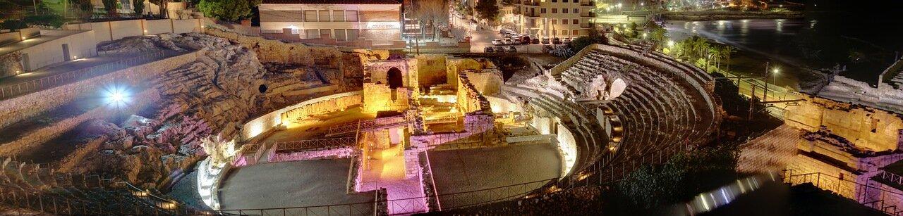 Amphiteatre romano. Таррагона.Римский амфитеатр ночью. панорама