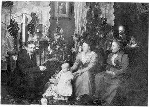 Архангельск. И.Ю. Соберг с женой, дочерью и тёщей. Новый год. 1913-14 г.