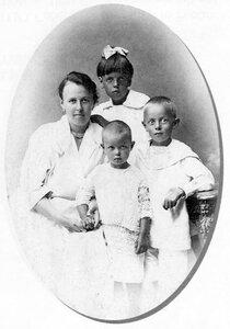 М.А. Соберег с детьми после отъезда И.Ю. Соберга. Архангельск. 1920-е 1920-е гг.