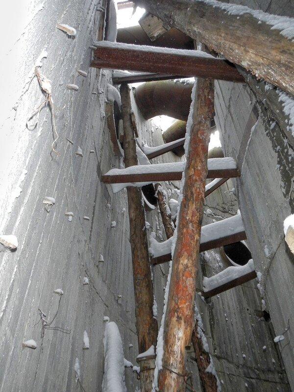 Между оболочками бетонных стаканов центра заброшенной градирни