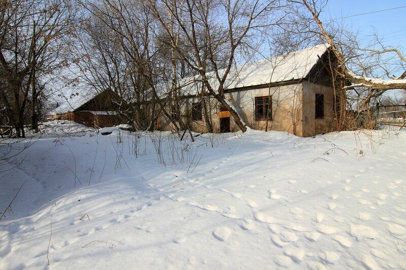 Старый кирпичный гараж и усадебная хозяйственная постройка