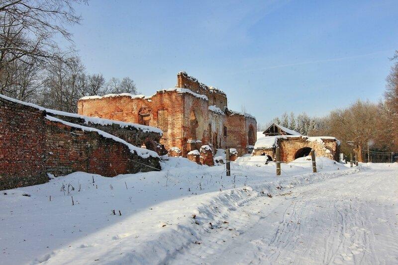 Руины главного дома в усадьбе Ольгово