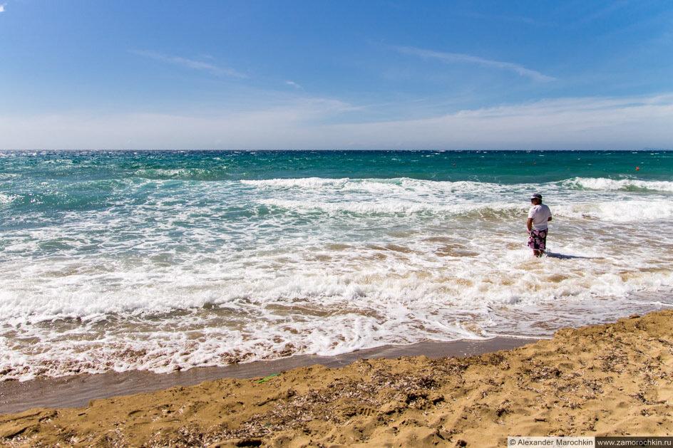 Песчаный пляж и море