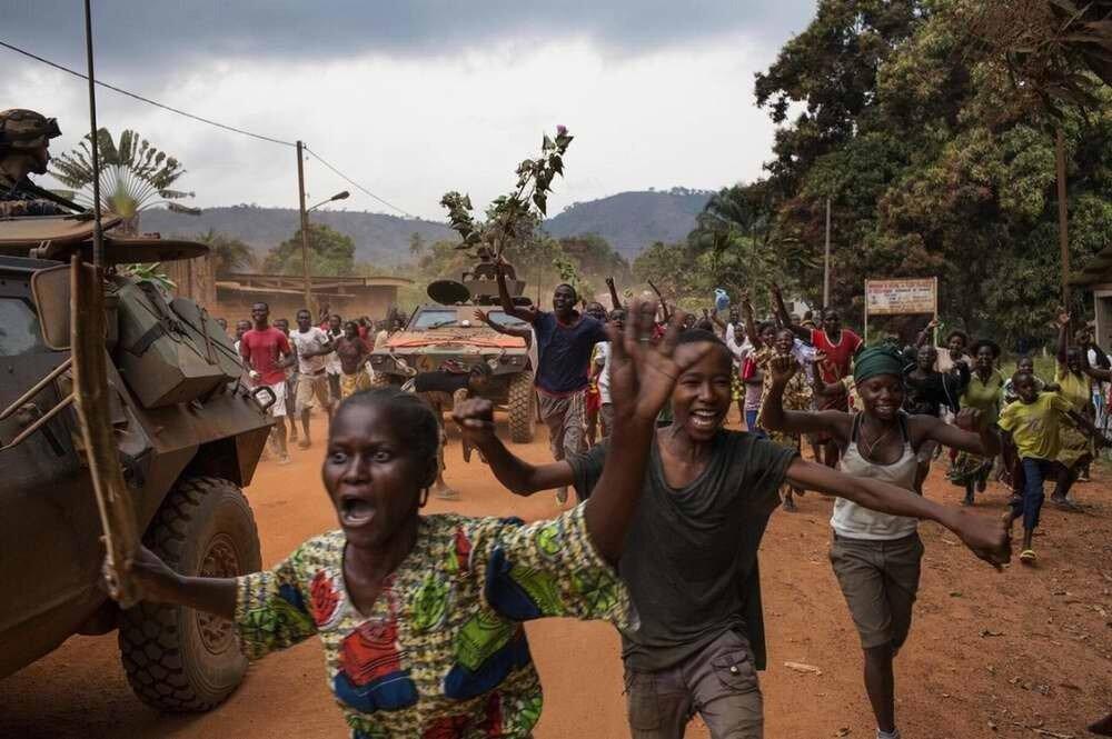 Местные жители, которые живут вокруг территории бывшей базы мусульманской военизированной группировки Seleka, выражают свой бурный восторг по поводу того, что мусульманские семьи под охраной французских солдат покидают свои дома
