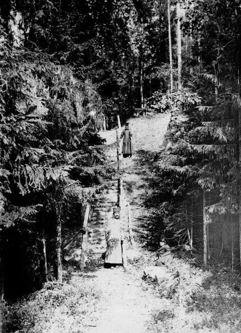 50. Группа монахов в лесу у лестницы, ведущей к Конь-камню