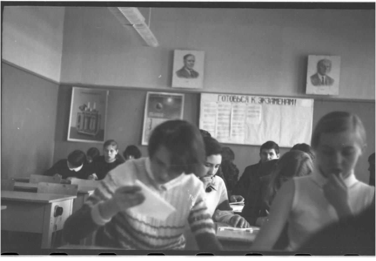 1969-70 класс 8 В.  Оля Прояева.  Марина Паламарчук. Давидсон. Миша Мануков.  Галя Жолдак