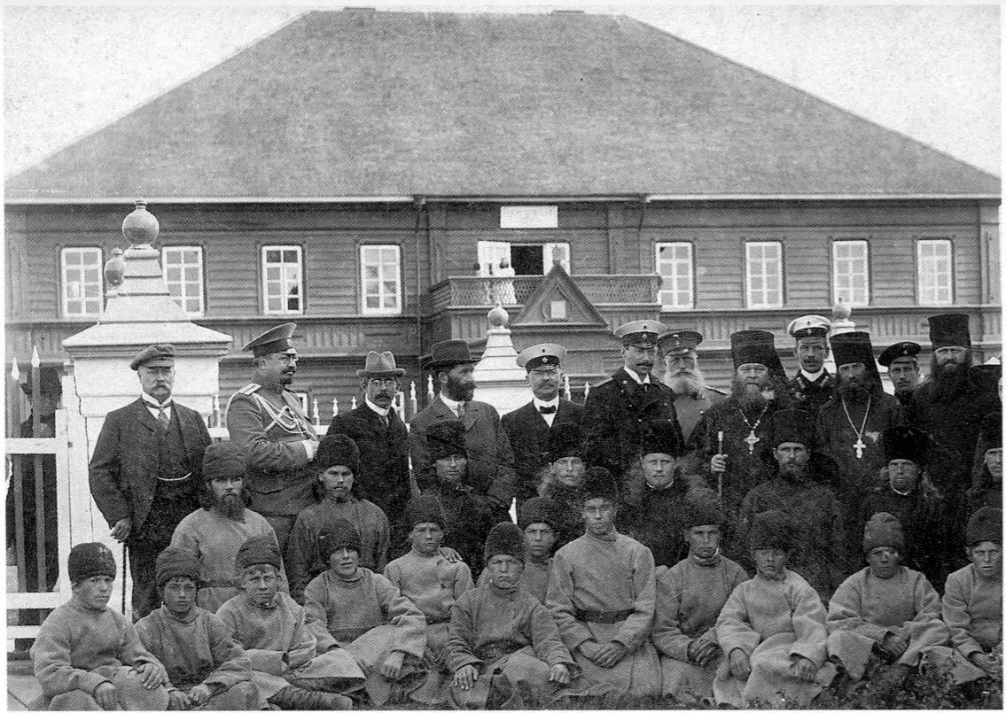Соловки. Муксалма. Группа участников передачи пленного колокола с трудниками и братией монастыря. Август 1912