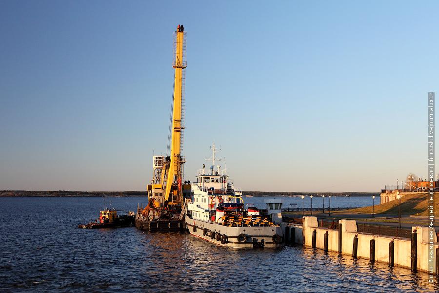 Чебоксарский порт, рейдовый буксир «РБТ-163», плавкран и буксир-толкач «Волгарь-22»
