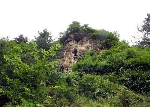 Мужчина из Китая 20 лет живёт нагишом в пещере