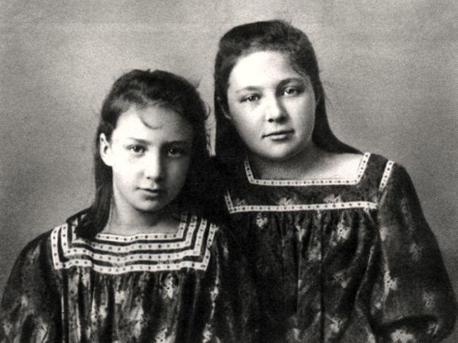 Анастасия (слева) и Марина Цветаевы. Ялта, 1905..jpg