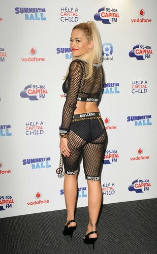 Рита Ора в прозрачной одежде в Лондоне