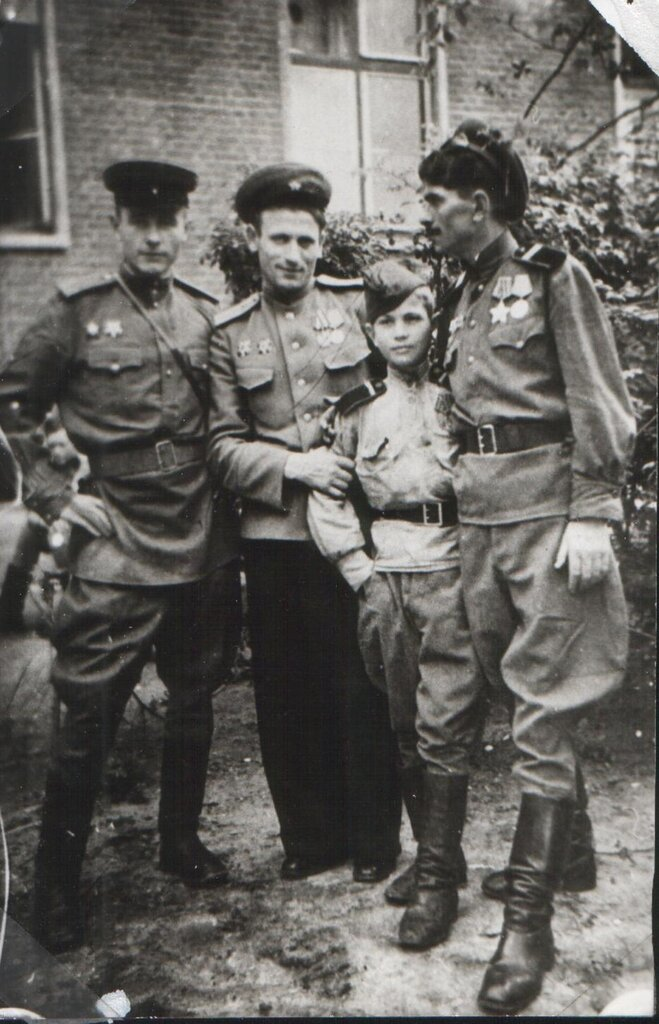 Сын полка Володя Тарновский с боевыми товарищами в Берлине.