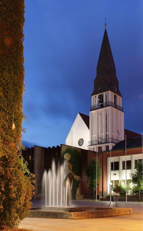Норвегия, Вечерний Молде.Торговая площадь. Кафедральный собор. Molde domkyrkje. Moldetorget