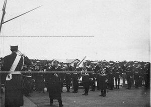 Батальон Уланского полка встречает императора Николая II, прибывшего на яхте Штандарт.
