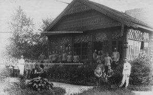 Группа офицеров у здания офицерского собрания в красносельском лагере.