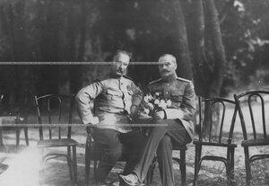 Полковник лейб-гвардии Павловского полка Дмитрий Николаевич Ломан  (слева) в парке.